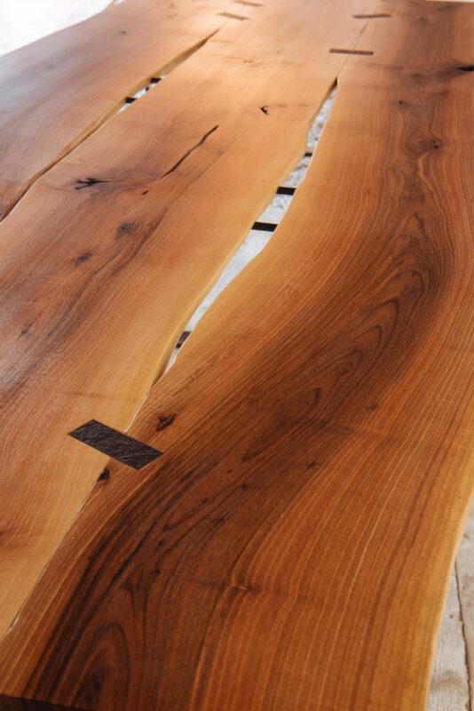 Tavolo in legno di noce con inserti in pietra e ferro nero