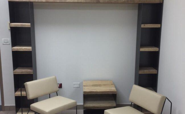Salotto con sedie e libreria in legno - Delamont